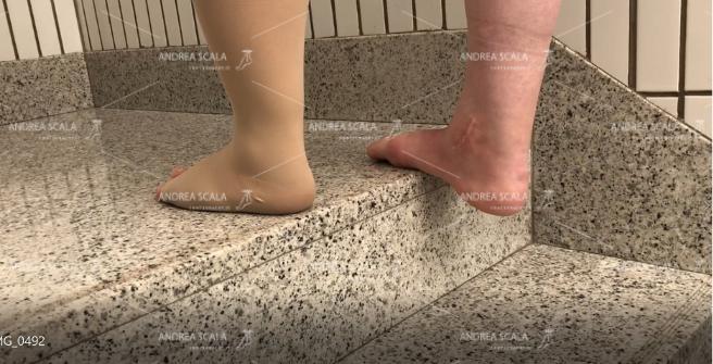 Dettaglio del calcagno. Il peso del corpo manda il calcagno molto al di sotto del piano del gradino. Solo così si ottiene l'estensione della caviglia e l'allungamento del tendine d'Achille